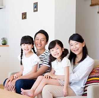 家族4人の幸せそうな様子